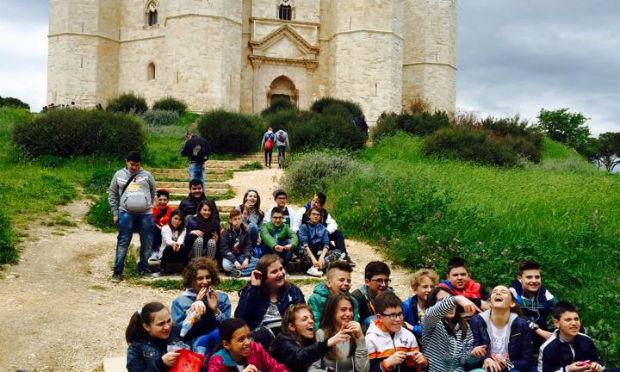 studenti-di-una-scuola-in-visita-a-castel-del-monte-andria